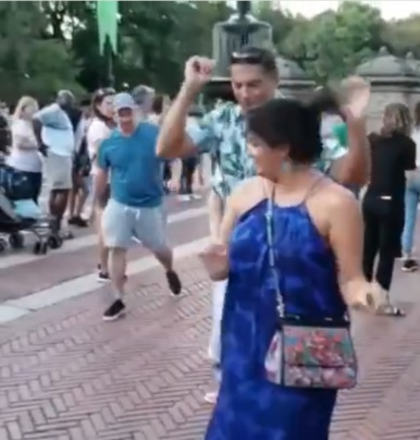 Анна Нетребко в синем сарафане станцевала на улицах Нью-Йорка