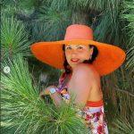 Летние променады в ярких сарафанах от Анны Нетребко